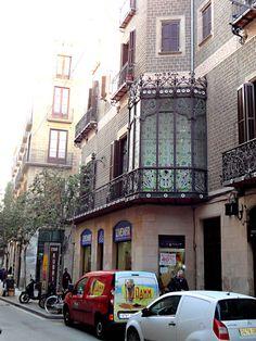 """Un elaborado balcón del Carrer Ample, donde tiene su despacho el abogado de """"La ciudad reflejada"""". Four Square, Barcelona, Street View, Lawyers, Balconies, Cities, Architecture, Barcelona Spain"""