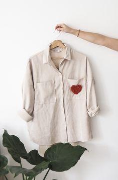 Pour ce premier tuto en punch needle, je vous propose de réaliser un coeur tout simple en point bouclette pour customiser un t-shirt, une poche de chemise par exemple. Je ne fête pas la Saint-Valentin mais je trouve que c'est une occasion pour se faire un petit cadeau « self love » !  J'espère que ce diy vous plaira, par la suite j'aimerai vous proposer d'autres motifs et réalisations en punch needle. #punchneedle #laine #coeur My Mets, T Shirt, Shirt Dress, Punch Needle, Couture, Embroidery, Occasion, Dyi, Outfits