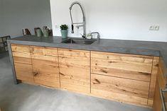 Misschien toch beton en hout (als terrazzo te duur is) Home Decor Kitchen, Rustic Kitchen, Kitchen Interior, Home Kitchens, Küchen Design, House Design, Rustic Home Design, Concrete Kitchen, Kitchen Cabinetry