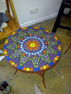GwendyDecoración :: Mosaiquismo: TALLER DE MESAS Mosaic Garden Art, Mosaic Pots, Mosaic Wall Art, Mosaic Diy, Mosaic Crafts, Mosaic Projects, Mosaic Glass, Mosaic Tiles, Mosaics