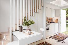Stig in. Köket öppnar sig i tamburen, toan och duschen finns mitt emot spisen. Foto: Tuomas Uusheim/Sato