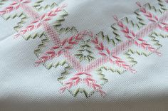 DSC_0246 Silk Ribbon Embroidery, Hand Embroidery Designs, Diy Embroidery, Cross Stitch Embroidery, Embroidery Patterns, Swedish Weaving Patterns, Swedish Embroidery, Monks Cloth, Weaving Designs