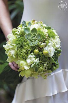 Bouquet de noiva moderninho em tons de verde com orquídeas, rosas e suculentas ( Bouquet: Flor & Forma | Foto: Julia Ribeiro )
