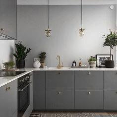 Kitchen Remodel & Decor - Money-Saving Kitchen Renovation Tips - Ribbons & Stars Kitchen Interior, New Kitchen, Room Interior, Interior Design Living Room, Kitchen Decor, Kitchen Grey, Kitchen Lamps, Interior Livingroom, Kitchen Lighting