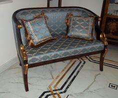 Restaurato in patina, divano al termine del restauro