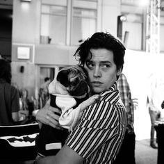 Cole Sprouse and pug Cole Sprouse Jughead, Cole M Sprouse, Dylan Sprouse, Dylan Und Cole, Pretty People, Beautiful People, Sprouse Bros, Zack Y Cody, Riverdale Cole Sprouse
