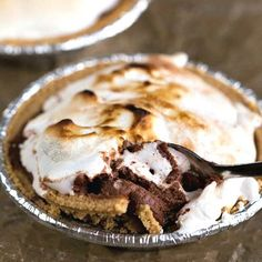 Everyone loves s'mores during summer! If you don't have a campfire, we have other delicious recipes to combine marshmallow, chocolate and graham cracker for a delicious dessert recipe. Try making these individual frozen s'mores pies that can be made ahead of time.