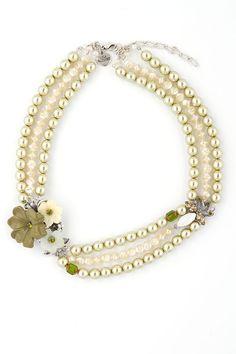 Die Trachtenkette Waldfee ist ein dreireihiges Schmuckstück aus weißen und grünen Perlen. Ein besonderer Hingucker ist ein Blumenbouquet aus drei wunderschönen Blüten. Mit dieser Kette verschönern ...