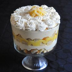 Lemon Mousse Trifle - a lemon lovers dream & Easter dessert favourite! - - Lemon Mousse Trifle - a lemon lovers dream! It's a simple but delicious combination of sponge cake, lemon mousse, limoncello liqueur and whipped cream. Trifle Cake, Trifle Pudding, Trifle Desserts, Lemon Desserts, Lemon Recipes, Easy Desserts, Sweet Recipes, Banana Pudding, Tiramisu Trifle