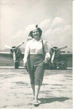 Η Λίλα Κατσιμίγα, η αεροσυνοδός της νεοσύστατης ΤΑΕ (Τεχνικαι Αεροπορικαί Εκμεταλλεύσεις), που ήταν στο πλήρωμα της πτήσης που μετέφερε την ελληνική Κυβέρνηση κατά την παραλαβή των Δωδεκανήσων το 1946, «έφυγε» σήμερα από κοντά μας.Στα 92 της χρόνια έχοντας ζήσει με αξιοπρέπεια, ήθος,καλοσύνη, αγάπη για τον τόπο και τους ανθρώπους σημαντικές στιγμές του Ελληνισμού, έφυγε αθόρυβα