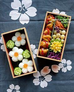 Beautiful flower onigiri bento box, featuring oyster sauce chicken saute, and egg flower Japanese Bento Box, Japanese Food Art, Japanese Sweets, Onigirazu, Kawaii Bento, Yakitori, Bento Box Lunch, Bento Lunchbox, Food Presentation