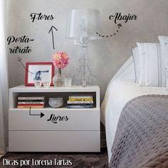 Dica para decorar o criado mudo: Um abajur é legal para ter um iluminação indireta para leitura. Porta-retratos para lembrarmos daqueles que amamos. Um vasinho de flor ou outro objeto decorativo pequeno para trazer alegria ao ambiente. E só coloque livros se você realmente estiver lendo para não ocupar muito espaço. Evite colocar muitas coisas, no meio da noite você pode esbarrar e derrubar algo. Girls Bedroom, Master Bedroom, Design Interiores, Diy Shoe Rack, Moving Out, Beauty Room, Floating Nightstand, Guest Room, Projects To Try