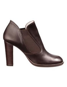 Stiefelette aus echtem Leder mit Elastikeinsatz und hohem Absatz. #madeleinefashion Ballerinas, Pumps, Trends, Ankle, Shoes, Fashion, Latest Shoes, Buy Shoes, Shoes Online