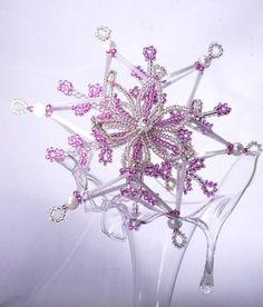 Trojrozměrná drátkovaná hvězda Beaded Christmas Ornaments, Snowflake Ornaments, Christmas Snowflakes, Christmas Crafts, Xmas, Beading Projects, Beaded Flowers, Victorian, Craft Ideas