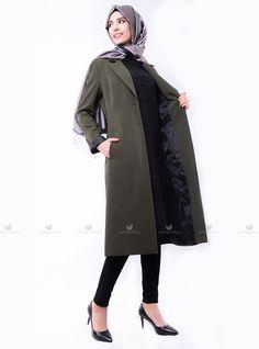 Haki güzin ceket modelimiz önden düğmeli olup, ceplidir.