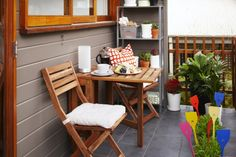 Breakfast al fresco! That's a good way to start the day. No matter how small your outdoor space is, it can always fit an IKEA dining set for one or two.