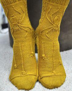 Интересная идея, для тех, кто любит использовать мотивы фауны в вязании: носки с паучками. Изнаночная гладь является идеальном фоном для вывязанной живности. Кстати, со стороны пятки на глади расположилось множество тонких косичек, так что пауки спицами - не единственное украшение этой вещицы.