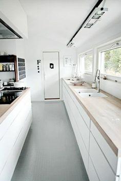 cuisine laquée blanche design elegant avec sol gris et petites fenetres