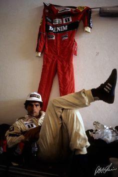 Piquet, preocupadíssimo em deixar o macacão ajeitado.