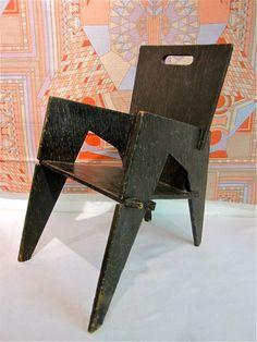 Toutes les pièces de la chaise sont reliées par des encoches, ce qui permet d'assembler la structure solidement.