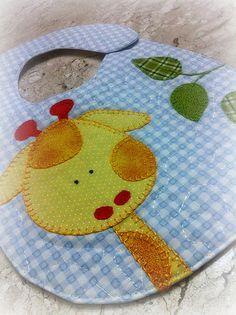 appli girafe en tissu et brodée embelli ce bavoir ! giraffe appliqué in cloths with embroidery embellishes a simple bib. Applique Templates, Applique Patterns, Applique Designs, Quilt Patterns, Sewing Patterns, Baby Applique, Quilt Baby, Sewing For Kids, Baby Sewing
