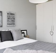 Kotoisasti Kaksiossa blogista (http://lifewithpetra.blogspot.fi/) hieno pehmän harmaa makuuhuone