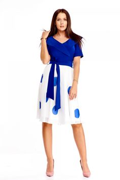 Nepřehlédnutelné lehké šaty s velkými puntíky jsou dokonalou volbou na jarní či letní svatby, na zahradní párty nebo do práce. Jednobarevný živůtek, velký límec, výstřih do tvaru V, zapínání na skrytý zip na boku, lehká sukně, délka pod kolena, vázačka v pase, krátký rukáv. Materiál 100% polyester. Model doporučujeme doplnit o kabelku z naší nabídky. Dresses For Work, Party, Fashion, Moda, Fashion Styles, Parties, Fashion Illustrations
