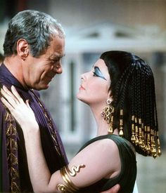 Golden Age Of Hollywood, Hollywood Glamour, Classic Hollywood, Old Hollywood, Elizabeth Taylor Movies, Elizabeth Taylor Cleopatra, Egyptian Goddess Costume, Caesar And Cleopatra, She's A Lady