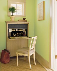 Hallway Office Nook Make the most of a dead-end hallway by creating a charming corner for your home office, freeing up space in other areas of your home. Save Space in Closets, Hallways, and Hallway Office, Office Nook, Desk Nook, Corner Office, Wall Desk, Desk Office, Martha Stewart Home, Home Office Cabinets, Mini Office