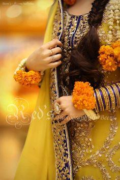 Trendy Mehndi Looks for Girls - Style. Pakistani Mehndi Dress, Bridal Mehndi Dresses, Pakistani Wedding Outfits, Pakistani Wedding Dresses, Bridal Outfits, Mehndi Outfit, Mehndi Brides, Desi Bride, Desi Wedding