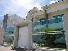 Conheça as melhores tendências de muro de vidro para mudar totalmente a sua casa com segurança e deixando o paisagismo da sua casa amostra.