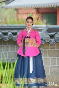 South Korean actress Kim Tae Hee in beautiful traditional Korean Hanbok dress Korean Hanbok, Korean Dress, Korean Outfits, Korean Clothes, Korean Traditional Dress, Traditional Dresses, Korean Beauty, Asian Beauty, Jang Ok Jung