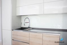 Alternativa preferabilă la faianța clasică: backsplash-urile din sticlă.