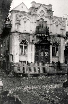 """Krzemienica, Poland, A building, whose architecture was described by the Scherl news photo agency as """"Jewish"""", 1935. The Scherl news photo agency titled this photo: """"Polen: Krzemieniec (Podolien), jüdische Architektur""""."""