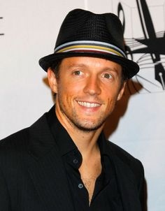 Singer/Songwriter Jason Mraz walks the red carpet during the 40th Annual Songwriters Hall of Fame Ceremony at The New York Marriott Marquis on June 18, 2009 in New York City.