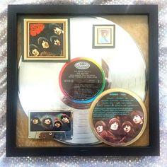 """De Beatles - Rubber Soul - platina LP Award (1965 iconische Release) gecertificeerd 6-mil  Rubber Soul werd beschouwd als de eerste album in de """"Rock Genre"""" eigenlijk met het label """"Folk Rock"""" en de voorloper van de snel-to-be genre van psychedelica en progressieve Rock. Het was meteen een record goud maar het was een platina voor vele jaren en haar nieuwste certificering die deze laatste prijs gevraagd werd in 1991 wanneer RIAA (Recording Industry Association of America) gecertificeerd voor…"""