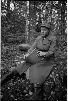 Eräs lotta, joka työnsä lomassa ikuistuttaa kaupungin maalauksellisia idyllejä, kynin ja värein.  Äänislinna 1941.10.07. SA-kuva. History Of Finland, King Richard, Dna Test, Back In Time, Wwii, Warrior Women, Country, Photography, Inspiration
