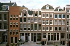 Claus en Kaan - Hoogte and Laagte Kadijk housing, the development of 4 separate infill projects within a dense and historically sensitive block in Amsterdam, 1999. Via, photos (C) Christian Richters.