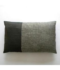 Cushion silver has a beautifully textured front in the colors anthracite and light gray with a silver glow, combined with anthracite-colored cotton on the front and back from Handgemaakt. www.metdehand.nl