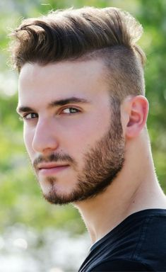 Mens fade hairstyle with pompadour. Read more to discover our list of 33 of the best guy haircuts in # coiff men Mens Medium Length Hairstyles, Popular Mens Hairstyles, Cool Mens Haircuts, Hairstyles Haircuts, Cool Hairstyles, Guy Haircuts, Short Haircuts, Trending Hairstyles, Hairstyle Ideas