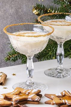 There's no need to spend hours slaving over a hot oven to make an elaborate dessert this festive season when a round of these delectably sweet, creamy, boozy christmas cocktails will wow your guests just as much and taste just as good - if not better! Christmas Gin, Christmas Drinks Alcohol, Christmas Cocktails, Gin Cocktail Recipes, Drinks Alcohol Recipes, Cocktail Drinks, Alcoholic Drinks, Chocolate Cocktails, White Chocolate Liqueur