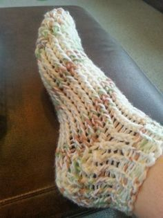 Toe up loom knit slipper sock (loom board yarns) Knitting Loom Socks, Round Loom Knitting, Spool Knitting, Knifty Knitter, Loom Knitting Projects, Loom Knitting Patterns, Crochet Patterns, Craft Patterns, Knitting Stitches