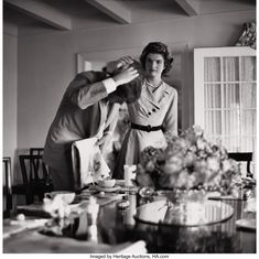 Jackie Bouvier helps her fiancé, Senator John Kennedy with his hair, prior to an appearance before the press on the day that they announced their engagement, Hyannis Port MA, June Les Kennedy, Robert Kennedy, Jaqueline Kennedy, Jacqueline Kennedy Onassis, Jack Johns, Kennedy Compound, Familia Kennedy, Hyannis Port, Dallas