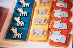 des biscuits délicieux décorés d'animaux sauvages en fondant