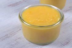 Lahodný citronový krém neboli lemon curd se výborně hodí do mnoha dezertů. Můžete ho použít na promazání dortu, přidat ho do krému, naplnit jím košíčky z křehkého těsta nebo jím třeba potřít palačinky. Pod názvem lemon curd ho koupíte v obchodech s britskými specialitami, ale podle našeho videoreceptu ho s přehledem zvládnete udělat i doma.Citronový krém (lemon curd)Ingredience:najemno nastrouhaná kůra ze 4 biocitronůvymačkaná šťáva ze 4 biocitronů200g krupicového cukru100g… Lemond Curd, Sous Vide, Sweet Tooth, Food And Drink, Dessert Recipes, Pudding, Beef, Homemade, Baking