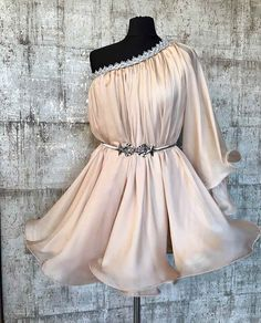 Rochie matase dama CANDY este piesa favorita din colectia rochii elegante scurte. Prin detaliile aplicate manual cu grija s-a creat aceasta rochie atat de grandioasa si speciala.Un material nobil, o culoare extravaganta, o rochie matase dama CANDY creata special pentru dumneavoastra. Bridal Outfits, Dress Outfits, Fashion Dresses, Tulle Dress, Lace Dress, Dress Up, Elegant Outfit, Elegant Dresses, Pakistani Party Wear Dresses