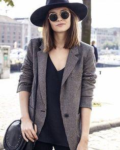 Veste à carreaux style boyish pour un look masculin-féminin >> http://www.taaora.fr/blog/post/veste-blazer-carreaux-pied-de-poule-look-style-masculin-feminin                                                                                                                                                                                 More