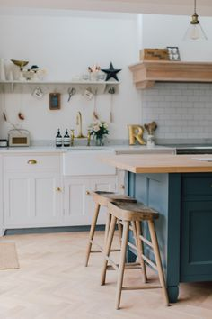 Downpipe Kitchen Island - A Modern Country Farrow & Ball Downpipe And Skimming Stone Kitchen With Oak Parquet Flooring