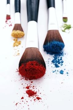 •El color es en general un medio para ejercer una influencia directa sobre el alma. El ojo es el martillo templador. El alma es un piano con muchas cuerdas. El artista es la mano que, mediante una tecla determinada, hace vibrar el alma humana. - Wasily Kandinsky.