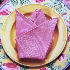 liage serviette rose en tissu en forme de fleur, pliage serviette fleur rose